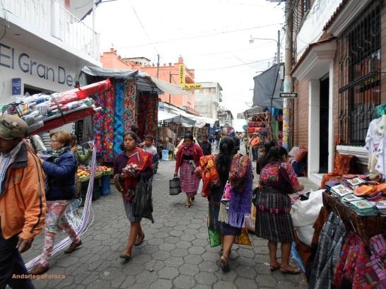 El gran mercado artesano en Chicicastenango, Guatemala/ Wielki targ rękodzieła w Gwatemali