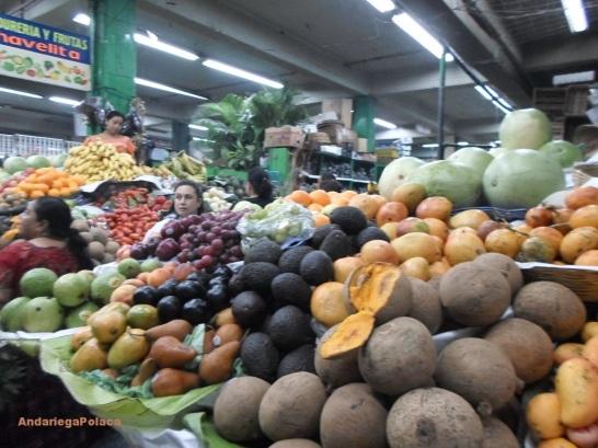 El mercado en Guatemala/Targ w Gwatemali bogaty w różnorodne owoce, na planie zapote-sączyniec