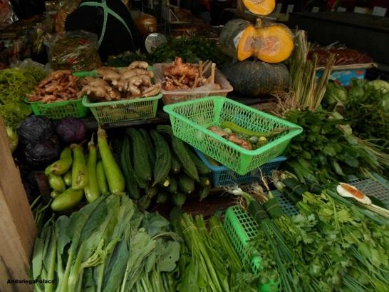 Wybierając składniki na gotowanie potraw tajskich/recogiendo los ingredientes para cocinar de los platos tailandeses