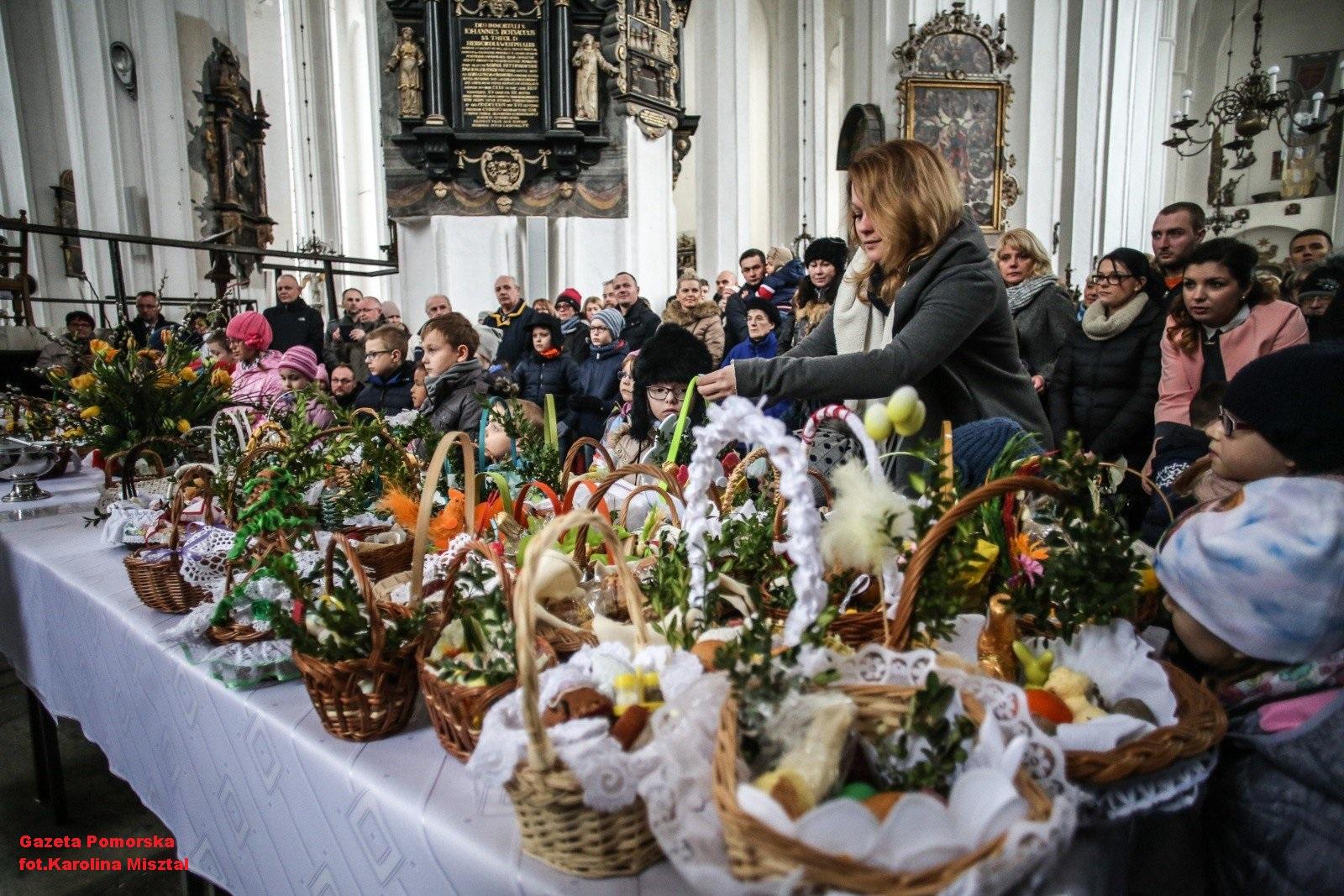 las cestas con comida en Sàbado Santo