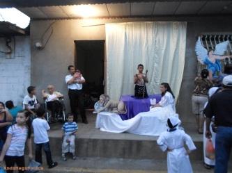 el altar vivo León enfrente de un hogar