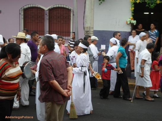 """Procesión w León, """"pagando la promesa"""" con vestidos blancos, velas, escobas, ojos vendados"""
